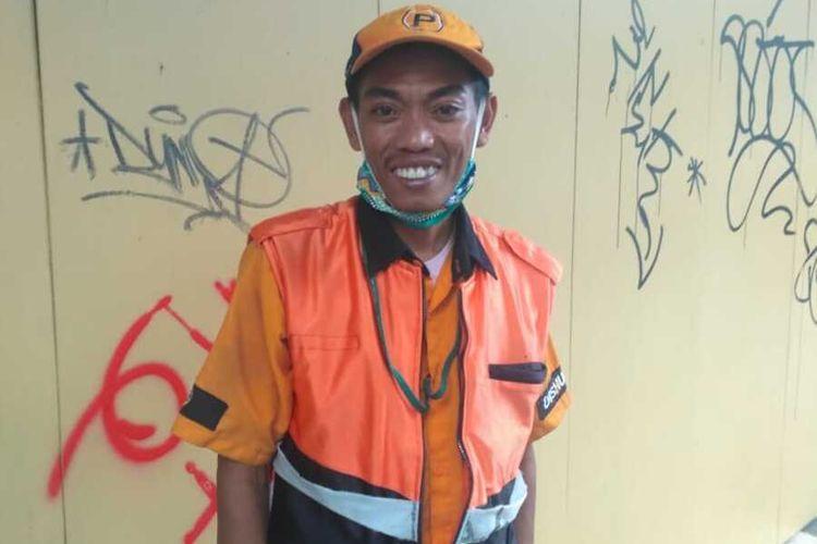 Hermawan (40), juru parkir jalan Braga Kota Bandung yang mengambil foto Akbar pemulung mengaji yang viral di media sosial (Dokumen pribadi Hermawan)