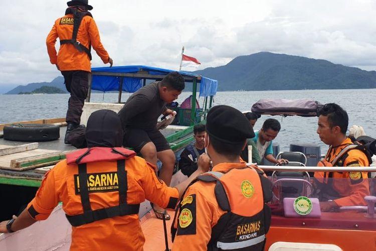Evakuasi penumpang KM Wiawia di Perairan Pulau Hari, Konawe, Kendari, Senin (16/3/2020).