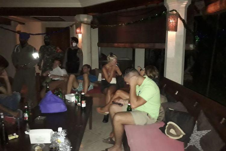 Satpol PP Badung mendatangi villa tempat pesta warga negara asing di Badung, Bali.