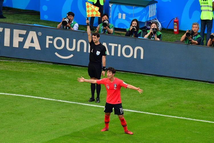 Bek Korea Selatan, Kim Young-gwon (kanan), bereaksi setelah dinyatakan offside dalam pertandingan penyisihan Grup F Piala Dunia 2018 di Kazan Arena, Kazan, Rabu (27/6/2018).