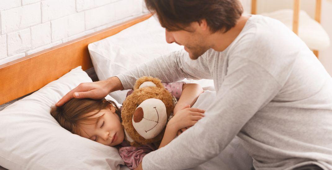 Ilustrasi orangtua membangunkan anak tidur.