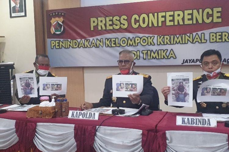 Kapolda Papua Irjen Paulus Waterpauw (tengah) bersama Pangdam XVII/Cenderawasih Mayjen Herman Hasaribab (kiri) dan Kabinda Papua Mayjen Abdul Haris Napoleon, sedang menunjukan foto HW yang telah tewas saat disergap aparata gabungan di Mimika, pada Minggu (16/8/2020), Jayapura, Papua, Senin (17/8/2020)
