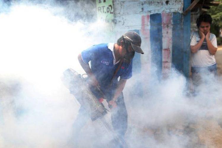 Petugas melakukan pengasapan di pemukiman padat di kelurahan Petukangan Selatan, Pesanggrahan, Jakarta Selatan, Rabu (27/1/2016). Pengasapan oleh puskemas setempat tersebut sebagai upaya mengantisipasi demam berdarah dengue (DBD) yang kembali marak karena perubahan cuaca.