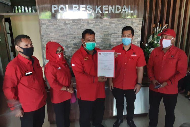 Ketua DPC PDI Perjuangan Kendal, Akhmad Suyuti, didampingi pengurus partai, saat mendatangi Polres Kendal. KOMPAS.COM/SLAMET PRIYATIN