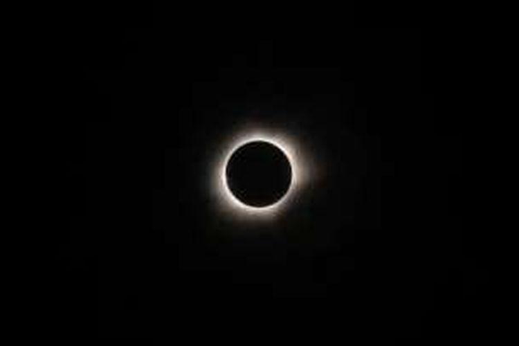Gerhana matahari total terlihat di Ternate, Maluku, 9 Maret 2016. Gerhana matahari total di Indonesia berlangsung selama 1,5 menit-3 menit. Di pusat jalur gerhana, gerhana total terpanjang terjadi di Maba, Halmahera Timur, Maluku Utara, selama 3 menit 17 detik.