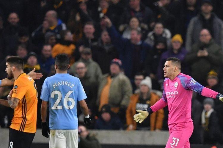 Ederson (kanan) bereaksi saat mendapat kartu merah pada laga pekan ke-19 Liga Inggris antara Wolves vs Man City di Stadion Molineux, Jumat 27 Desember 2019.