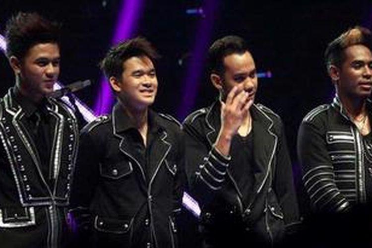 Finalis empat besar X Factor Indonesia, Nu Dimension (Ryan Tedja, kedua dari kiri), tampil pada babak Gala Show (babak eliminasi) ke-11 X Factor Indonesia, yang digelar di Studio 8 RCTI, Kebon Jeruk, Jakarta Barat, Jumat (3/5/2013) malam.
