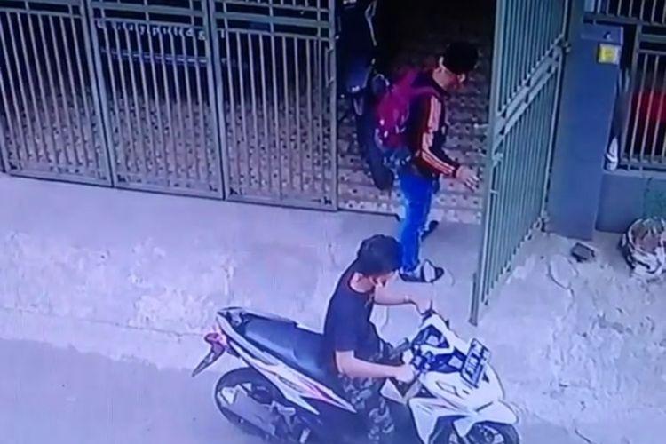 Tangkapan layar video dua pria mencuri motor di mes karyawan kawasan Serpong, Tangerang Selatan.