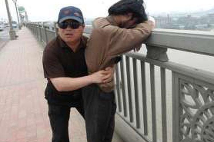 Dalam 13 tahun terakhir Chen Si (48), tercatat telah menyelamatkan 321 orang yang mencoba bunuh diri di Jembatan Sungai Nanjing Yangtze, China.