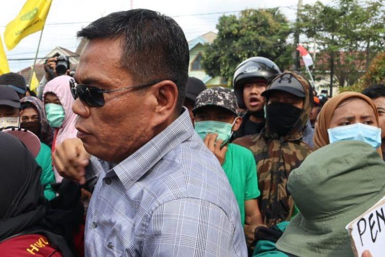 Anggota DPRD Kaltim Rusman Yakuq berhasil lolos dari barikade mahasiswa dalam aksi demo di depan Kantor DPRD Kaltim, Senin (30/9/2019).