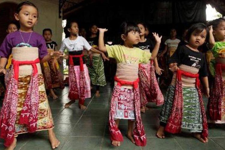 Anak-anak berlatih menari di sanggar tari di Kampung Betawi Situ Babakan, Jagakarsa, Jakarta Selatan, Rabu (12/6/2013). Kampung Situ Babakan merupakan salah satu kampung betawi yang masih bertahan di Jakarta. Di kawasan yang juga menjadi obyek wisata budaya ini masih dapat ditemukan rumah adat betawi, pembuat dodol dan bir pletok.
