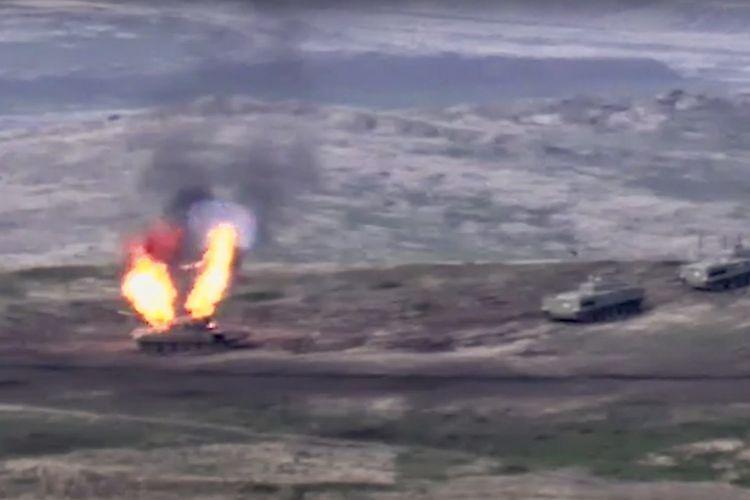 Dalam foto yang dirilis Kementerian Pertahanan Armenia pada 27 September 2020, menunjukkan ketika tentara mereka menghanguskan tank Azerbaijan di garis depan wilayah yang dikuasai separatis di Nagorny Karabakh.