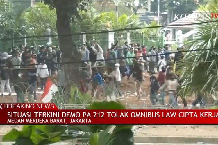 Demo penolakan UU Cipta Kerja yang berlangsung Rabu (13/10/2020) ricuh. Massa yang sebagian besar anak-anak muda mulai lempari polisi dengan batu dan petasan.