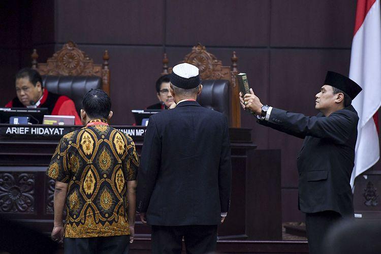 Dua saksi ahli dari pihak pemohon diambil sumpahnya  saat sidang Perselisihan Hasil Pemilihan Umum (PHPU) presiden dan wakil presiden di Gedung Mahkamah Konstitusi, Jakarta, Rabu (19/6/2019).  Sidang tersebut beragendakan mendengarkan keterangan saksi dan ahli dari pihak pemohon.