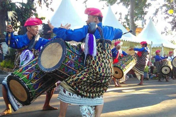 Musik tradisional Suku Sasak, Lombok ikut memeriahkan parade budaya NTB di Mataram, Kamis (18/8/2016).