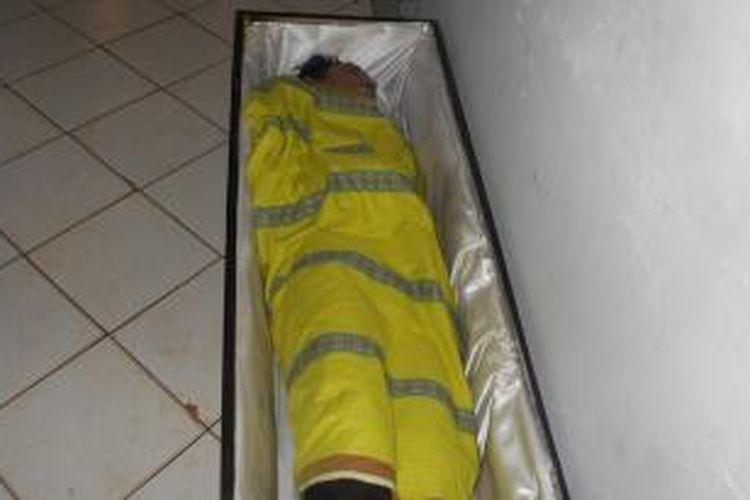 Jasad korban Muhammad Faik (25) disemayamkan di RSUD Baubau. Korban diduga tewas tenggelam saat berenang di pantai nirwana, Kamis (24/12/2015),
