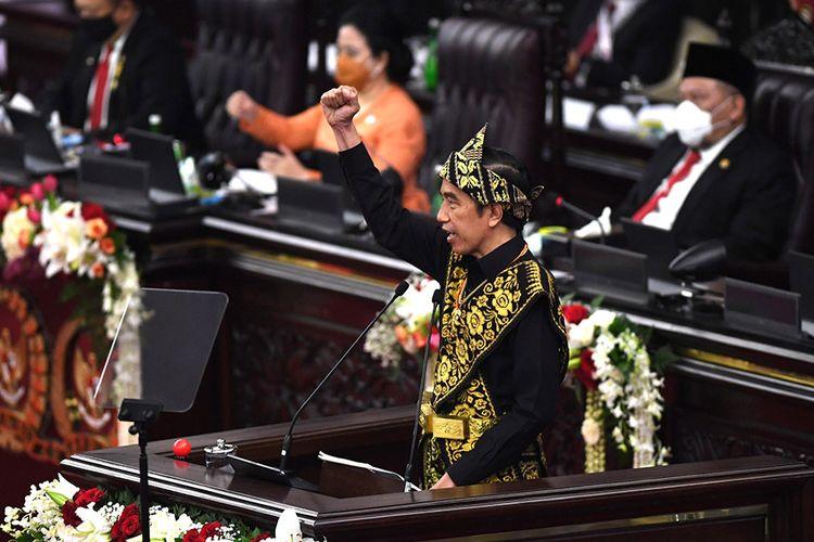 Presiden Joko Widodo memberikan pidato dalam rangka penyampaian laporan kinerja lembaga-lembaga negara dan pidato dalam rangka HUT ke-75 Kemerdekaan RI pada sidang tahunan MPR dan Sidang Bersama DPR-DPD di Komplek Parlemen, Senayan, Jakarta, Jumat (14/8/2020). Kepala Negara memilih menggunakan pakaian adat Sabu, Nusa Tenggara Timur, pada sidang tahunan yang digelar di tengah pandemi Covid-19 kali ini.