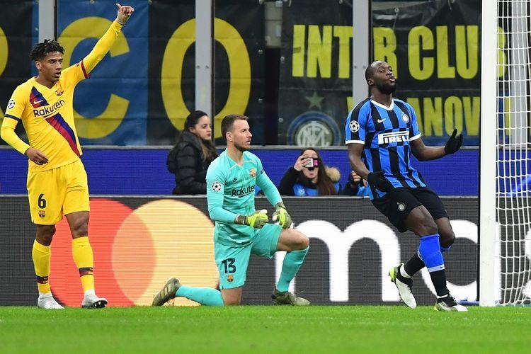 Striker Inter Milan Romelu Lukaku (kanan) bereaksi setelah kehilangan peluang gol dalam pertandingan Grup F Liga Champions antara Inter Milan vs Barcelona pada Selasa (10/12/2019) di stadion Giuseppe Meazza di Milan.
