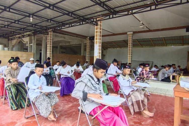 Pendidikan berbasis pondok pesantren tengah berkembang, khususnya di Kabupaten Kubu Raya, Kalimantan Barat (Kalbar). Saat ini, telah hadir Pondok Pesantren Islamic Boording School Al Mansyur, sebuah pondok pesantren pertama di Kalbar yang menerapkan bahasa Arab dan bahasa Inggris dalam aktivitas sehari-hari. Ponpen ini berlokasi di Desa Kuala Dua, Kecamatan Sungai Raya, Kabupaten Kubu Raya.