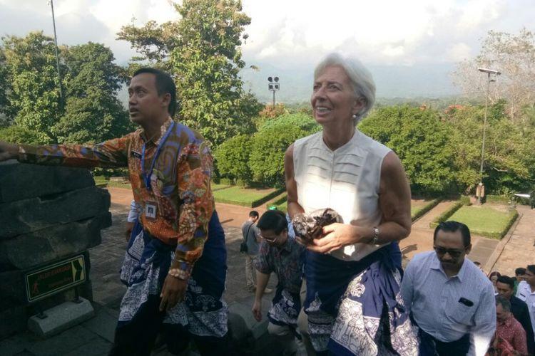 Direktur Pelaksana Dana Moneter Internasional (IMF)  Christine Lagarde (kanan) mengunjungi Candi Borobudur Magelang, Kamis (1/3/2018).