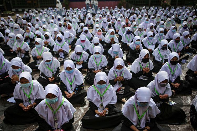 Sejumlah santri mengikuti kegiatan doa Istighosah di Pondok Pesantren An-Nuqthah, Kota Tangerang, Banten, Kamis (22/10/2020). Kegiatan tersebut digelar untuk memperingati Hari Santri Nasional dengan tema Santri Sehat, Indonesia Kuat yang jatuh pada hari ini.  ANTARA FOTO/Fauzan/nz