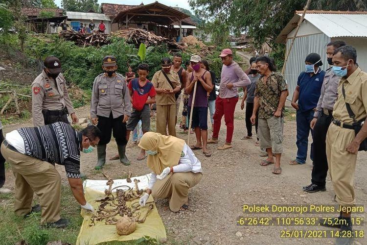 Penemuan kerangka manusia di perbukitan hutan lindung Dukuh Soka, Desa Clering, KecamatanDonorejo, Kabupaten Jepara, Jawa Tengah, Senin (26/1/2021)