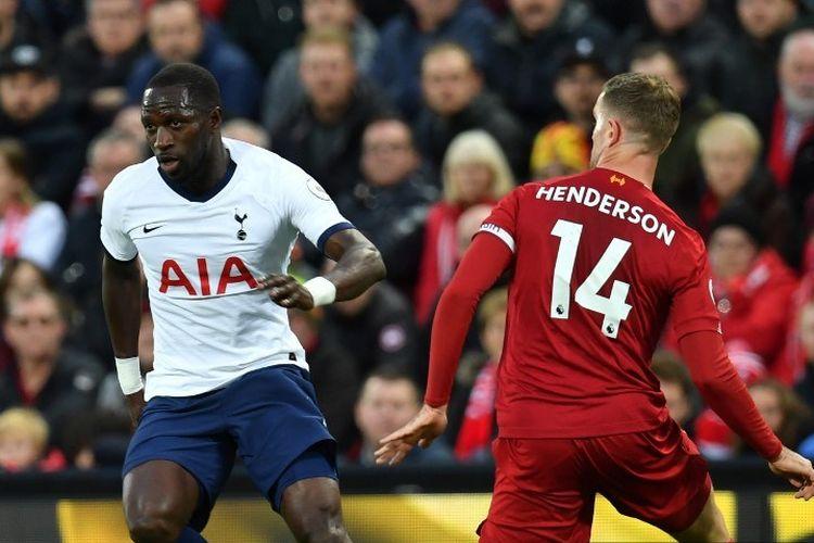 Jordan Henderson coba menghentikan laju Moussa Sissoko pada pertandingan Liverpool vs Tottenham Hotspur dalam lanjutan Liga Inggris di Stadion Anfield, 27 Oktober 2019. (AFP/PAUL ELLIS)