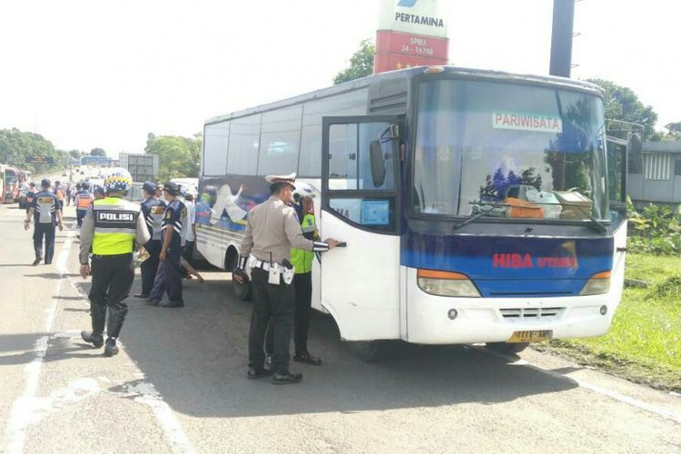 Petugas kepolisian melakukan razia terhadap bus pariwisata yang melintas di Jalur Puncak, Bogor, Jawa Barat, Selasa (27/6/2017).