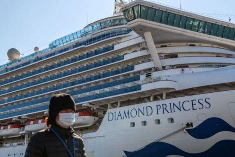 Wabah virus corona yang melanda sejumlah kapal pesiar membuat kapal-kapal lainnya memilih merapat di pelabuhan sehingga lalu lintas di laut berkurang.