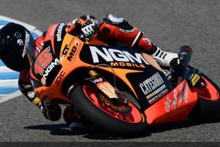 Pebalap NGM Mobile Forward Racing, Alex de Angelis, memacu motornya pada sesi uji coba di Sirkuit Jerez.