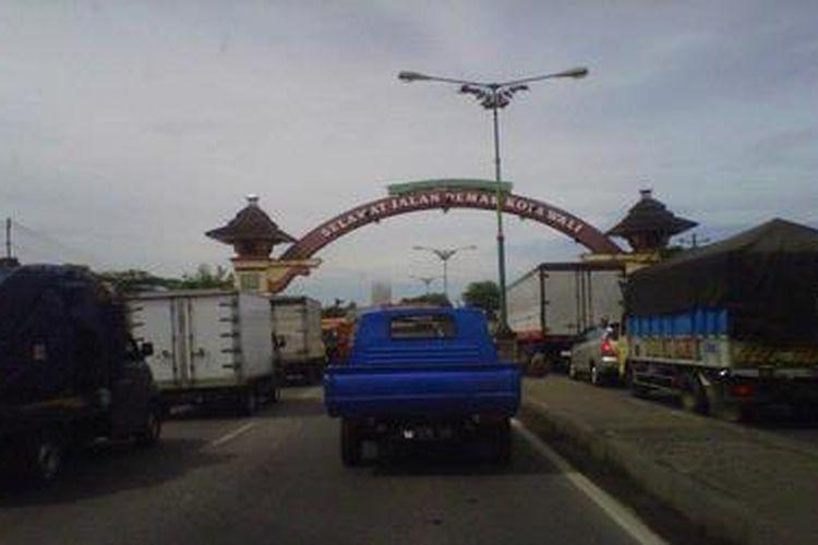 Arus lalu lintas di jalur pantai utara (Pantura) Demak-Kudus, Jawa Tengah, padat merayap sepanjang 3 kilometer. Titik kemacetan berada di ruas jalan pantura Kecamatan Karanganyar.
