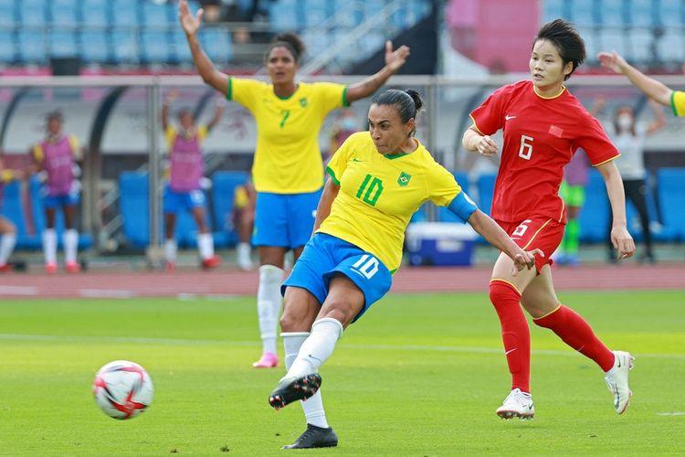 Pemain timnas putri Brasil, Marta, saat mencetak gol pembuka pada laga pertama fase grup sepak bola Olimpiade Tokyo 2020 kontra China di Stadion Miyagi, Jepang, Rabu (21/7/2021) sore WIB.
