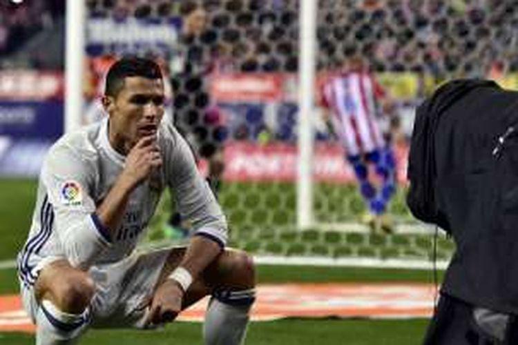 Pemain Real Madrid, Cristiano Ronaldo, menampilkan selebrasi barunya seusai membobol gawang Atletico Madrid, dalam laga La Liga di Stadion Vicente Calderon, Sabtu (20/11/2016).