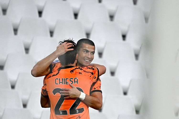 Striker Juventus Cristiano Ronaldo (kanan) merayakan gol dengan rekan setimnya Federico Chiesa dalam pertandingan Serie A Italia antara Spezia vs Juventus di Stadion Dino Manuzzi di Cesena pada 1 November 2020.