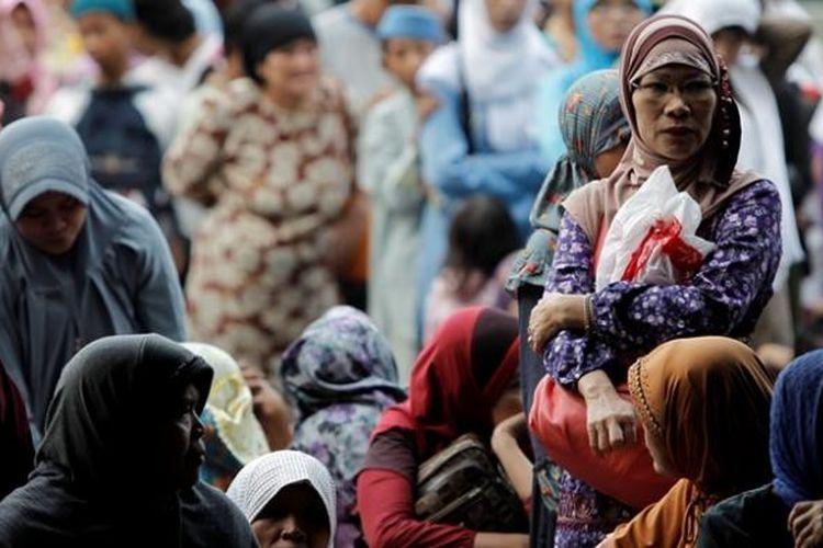 Ilustrasi zakat: Warga antre masuk ke Masjid Istiqlal, Jakarta.