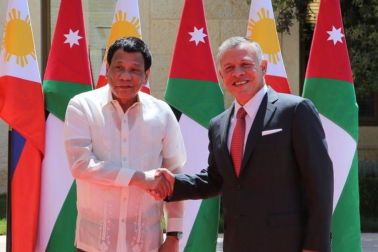 Dalam foto yang dirilis Istana Kerajaan Yordania 6 September 2018, menunjukkan Presiden Filipina Rodrigo Duterte (kiri) berjabat tangan dengan Raja Yordania Abdullah II di Amman.