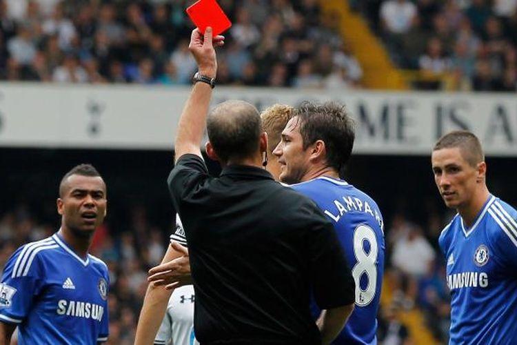 Penyerang Chelsea Fernando Torres (kanan) mendapat kartu merah, pada pertangan Premier League melawan Tottrnham Hotspur, di White Hart Lane, Sabtu (28/9/2013).