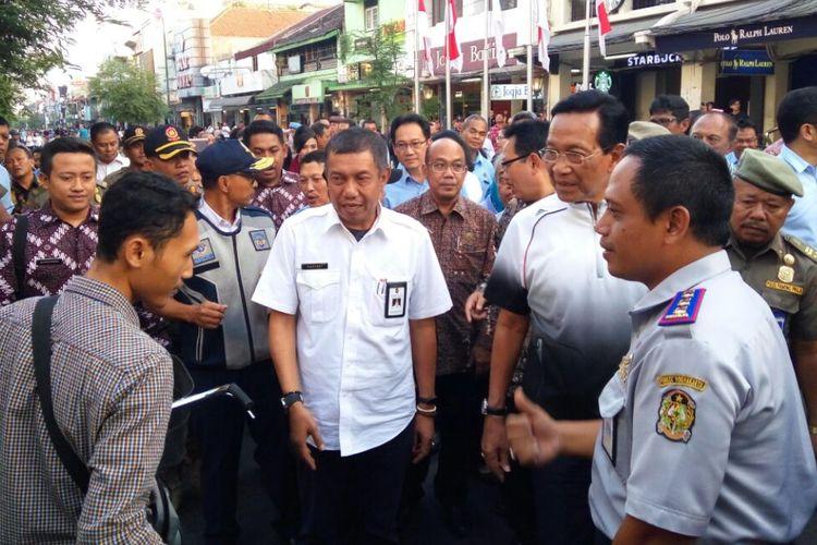 Gubernur DIY Sri Sultan HB X saat berdialog dengan salah satu wisatawan di Malioboro