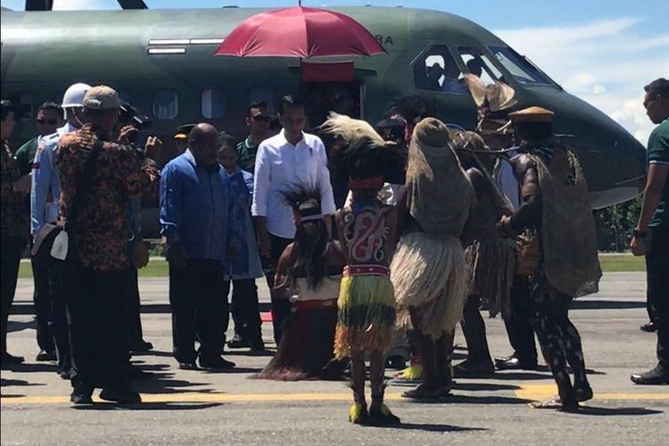 Presiden Joko Widodo dan Ibu Negara Iriana, Rabu (20/12/2017) siang, tiba di Kabupaten Nabire, Papua. Mendarat di  Bandar Udara Douw Aturure, Jokowi dan Ibu Negara disambut tarian, nyanyian dan prosesi adat injak piring masyarakat dari dua suku, yakni Mipago dan Seireri.