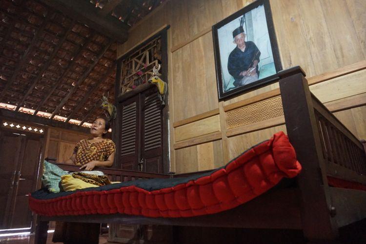 Salah satu bagian dalam rumah adat Using di Desa Kemiren Banyuwangi, Jatim, yang dilengkapi dengan kasur khas Cemeng Abang (hitam merah).