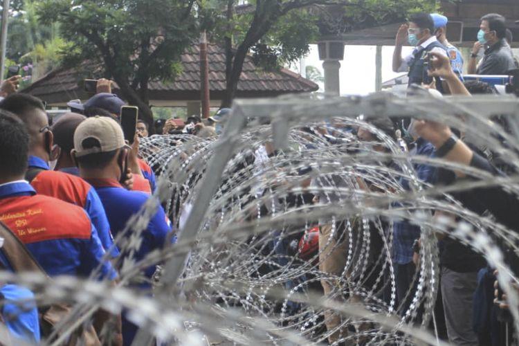 Gubernur Sumsel Herman Deru saat menemui massa aksi dari Gerakan Pekerja-Buruh Untuk Keadilan Sumatra Selatan (GEPBUK SS) yang berdemo menolak disahkannya omnibus law Cipta kerja, Kamis (15/10/2020).