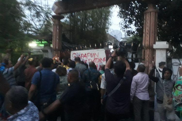 Penghuni asrama mahasiswa Papua di Surabaya tolak kedatangan gubernur Papua dan gubernur Jatim, Selasa (27/8/2019)