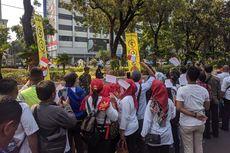 Antusias Lihat Iring-iringan Jokowi, Warga Nyanyikan Indonesia Raya