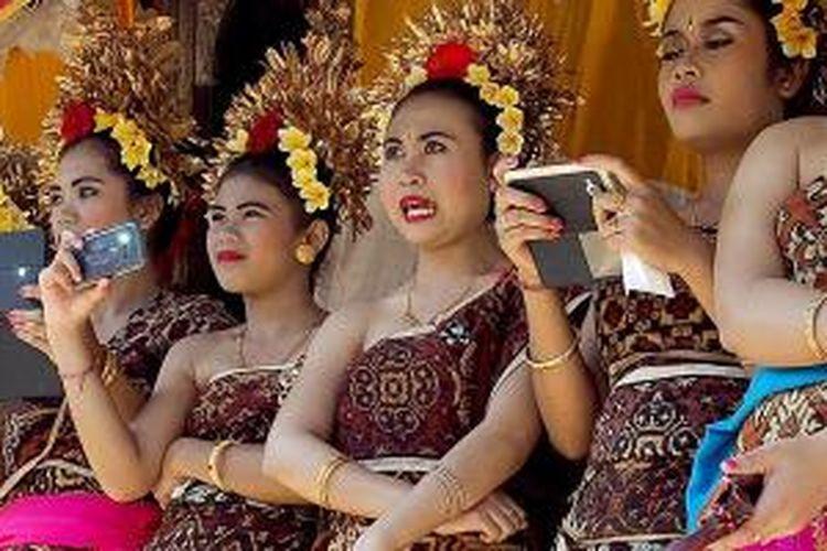 Merekam pertandingan perang pandan di Desa Tenganan, Kabupaten Karangasem, Bali, dengan aneka alat modern dalam busana tradisional.