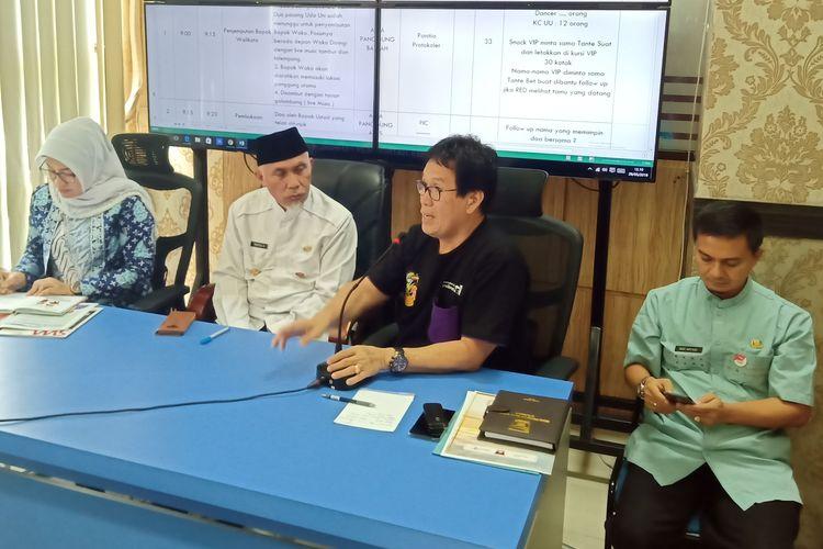 Wali Kota Padang, Mahyeldi (dua kiri) didampingi Ketua panitia pelaksana festival Alam Gunawan memberikan keterangan pers, Rabu (29/5/2019) di Balai Kota Padang