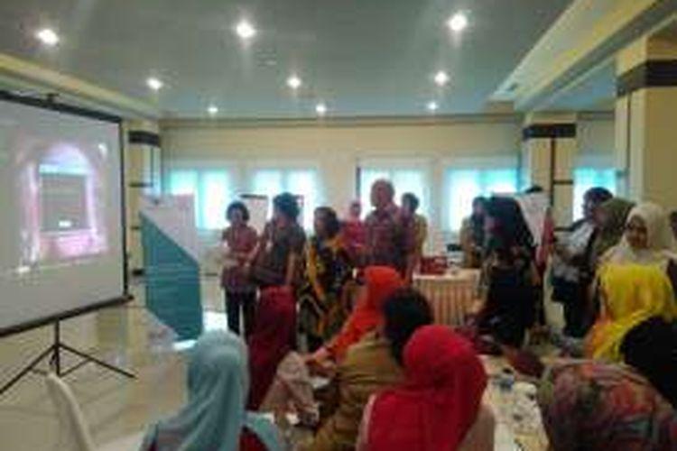Edukasi kanker serviks kepada tenaga kesehatan dalam kegiatan Garuda Indonesia Peduli Kanker Serviks dan HIV/AIDS di Tanjungpinang, Kepulauan Riau, Selasa (8/11/2016).