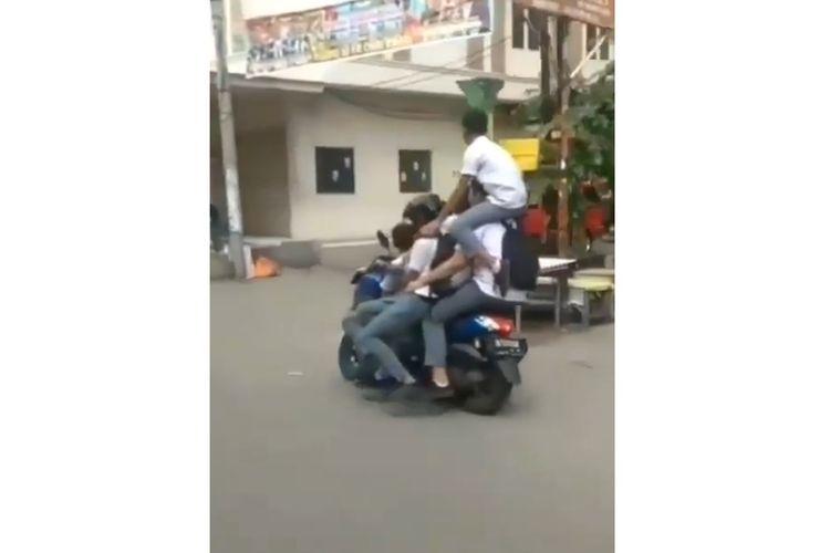 Tangkapan layar dari sebuah video yang memperlihatkan lima orang anak Sekolah Menengah Atas (SMA) berboncengan dalam satu sepeda motor viral di media sosial Instagram, Jumat (21/2/2020).