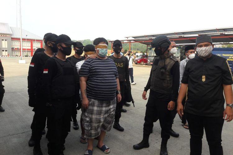Dua narapidana kasus narkoba di Lembaga Pemasyarakatan (Lapas) Kelas I Cipinang dipindahkan ke Lapas Kelas I Batu, Nusakambangan pada Senin (19/7/2021).