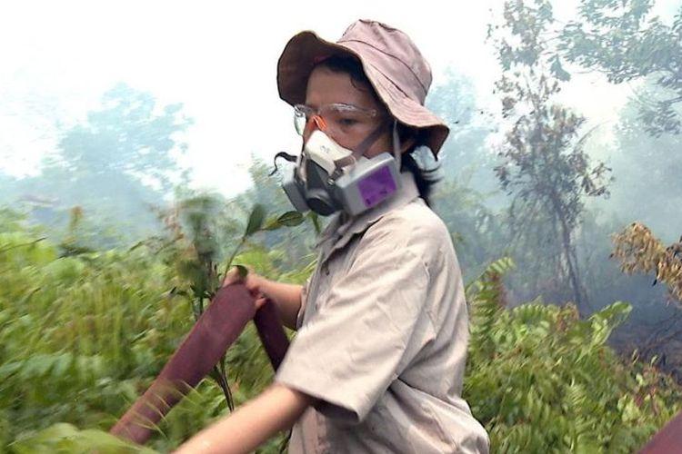 Selama ratusan tahun kami menjaga hutan kami, hutan Kalimantan, tutur Sumarni Laman, perempuan (23) asli Dayak yang ikut terjun menjadi relawan pemadam kebakaran hutan dan lahan di Palangkaraya, Kalimantan Tengah (18/09)