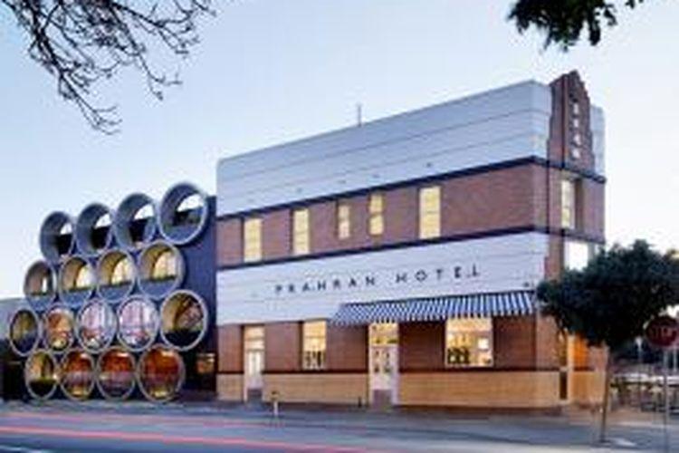 Techne Architects merenovasi Hotel Prahran dengan menggunakan pipa beton. Hotel yang ada di Victoria, Australia ini tidak hanya tampak istimewa dari luar, namun juga memberikan pengalaman tersendiri bagi pengunjungnya.